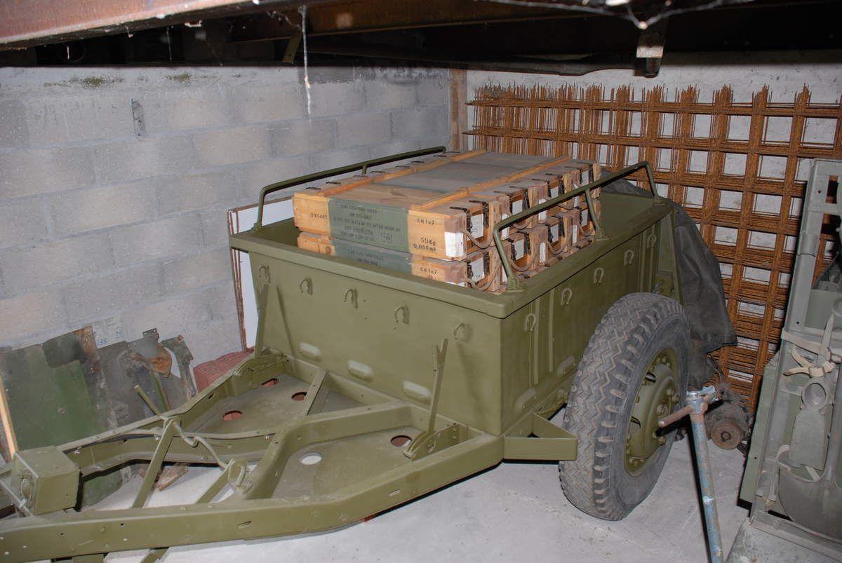 projecteur sur remorques US 2 essieux Cholet 2006 - BULL Carterpilard D9 ?  - Remorque à Munitions -  Bull BRISTOL 22 -