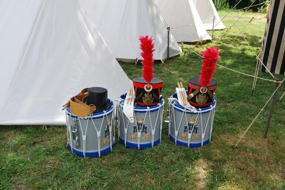 le Campement de Pré-Leroy, une tente, train d'artillerie, le repas, la table pour officier, ces dames