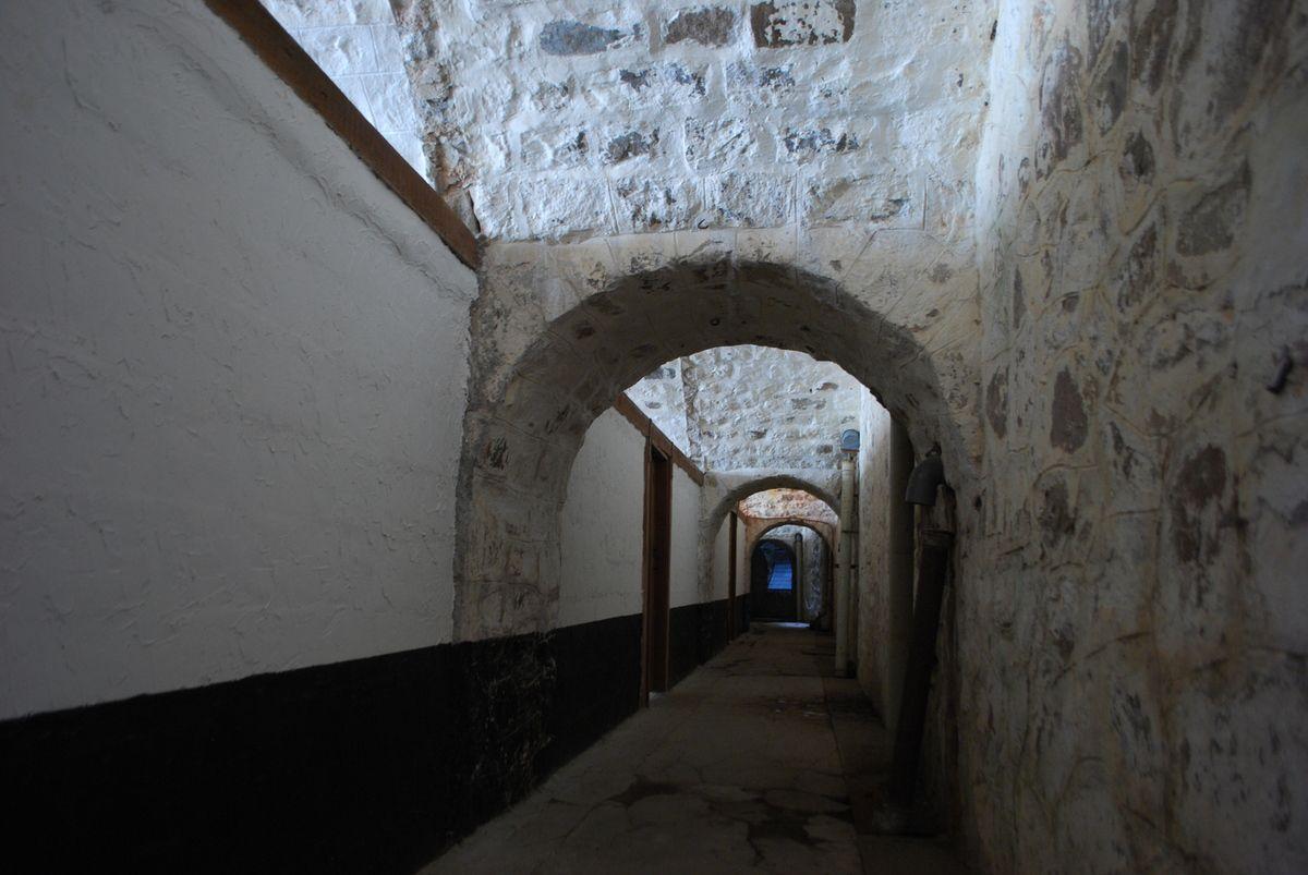 couloir tour du fort, chambre troupe, chambre s/officiers et sanitaire, cuisine, rose des vents