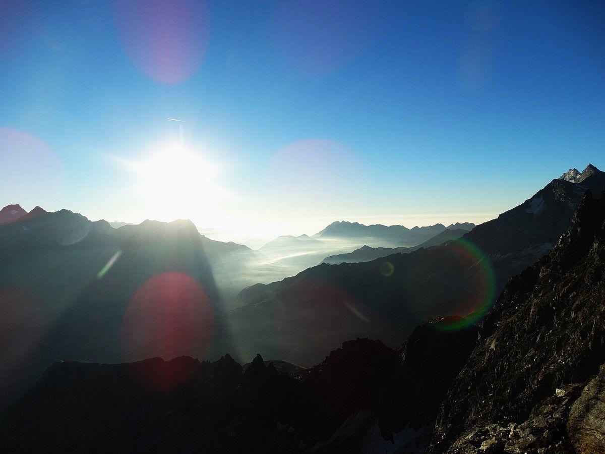 Au col entre les deux sommets, vue coté Italie.....
