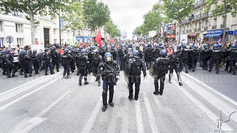 Un dispositif de répression indédit pour la manifestation du 14 Juin 2016 (source: https://pfrunner.files.wordpress.com)