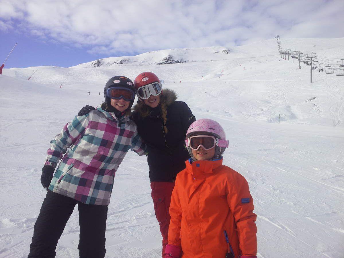 Mireille et ses princes charmants : Jacques, J.Marc, Philippe et Alain - Les snow-girls débutantes Aurélie, Mélanie et Clara