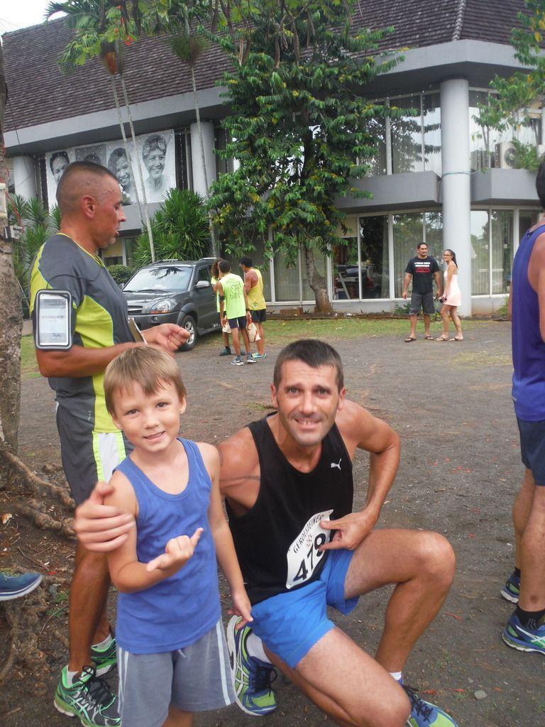 La corrida de  Noel à Punaauia , course en duo ... enfin pour les 100 derniers mètres, bravo mes champions