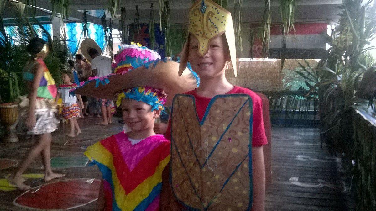 Spectacle de fin de vacances à la garderie, un petit mexicain et un soldat égyptien
