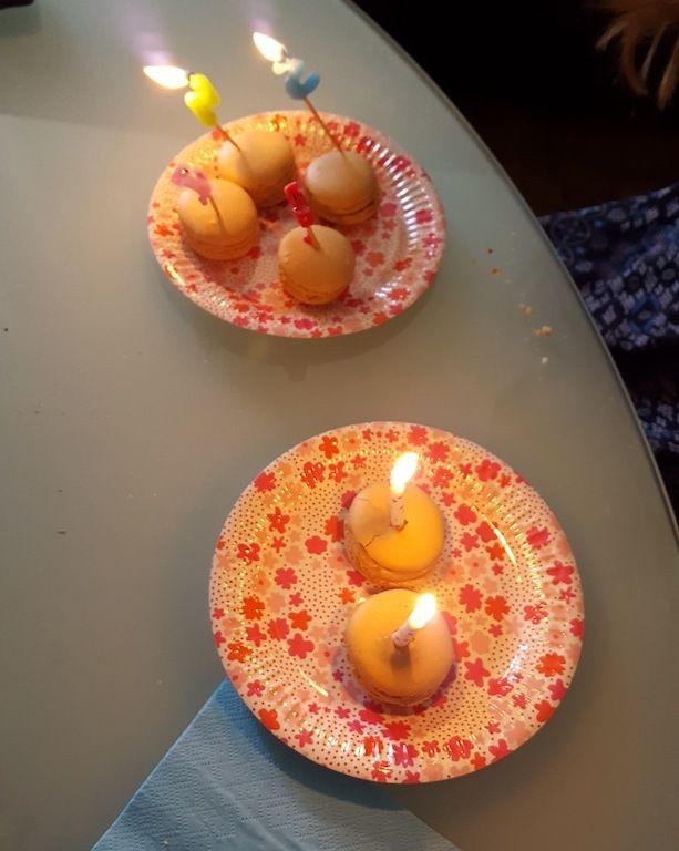 Les bougies d'anniversaire c'est mieux sur des macarons caramel beurre salé