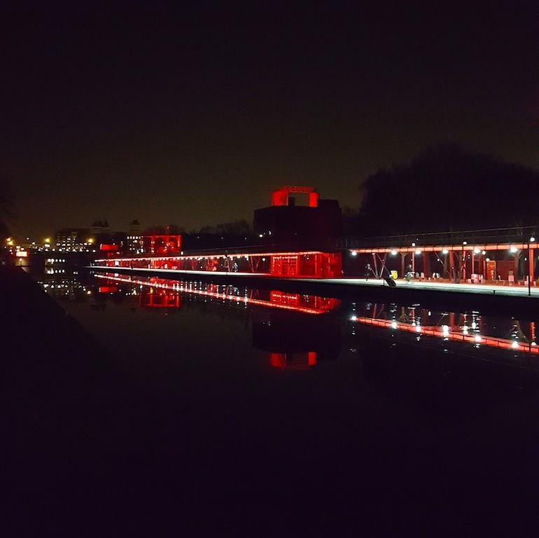 Une nuit tranquille et glaciale, un reflet magique des folies de Tschumi à la Villette