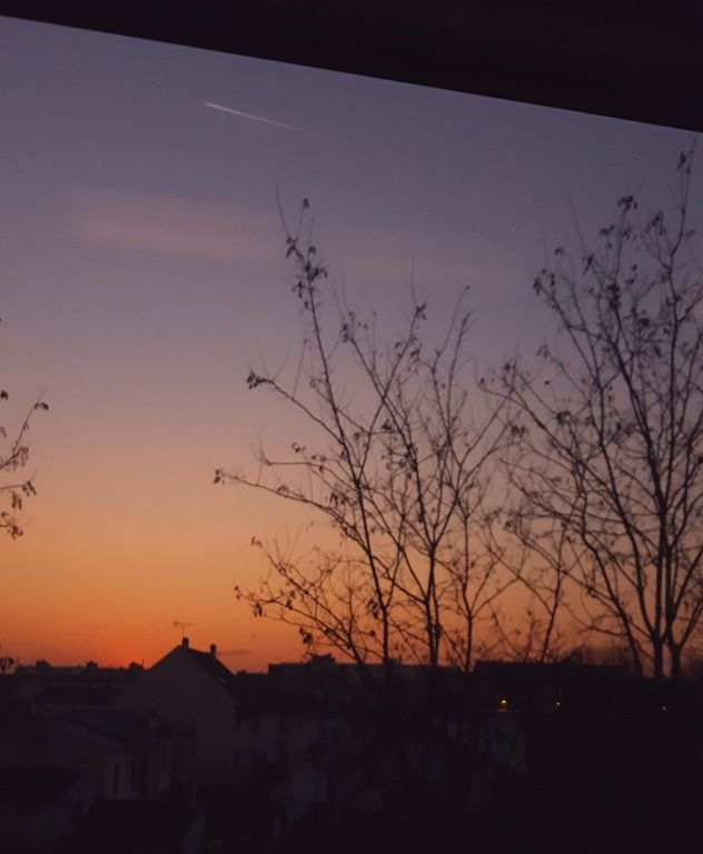 ...Par la fenêtre du train je m'évade en regardant la magie du ciel.