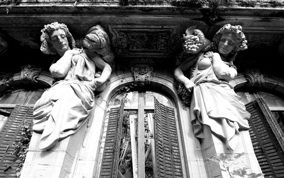 Les deux femelles cariatides symbolisant l'été et l'automne, sein découvert et main sur la hanche...