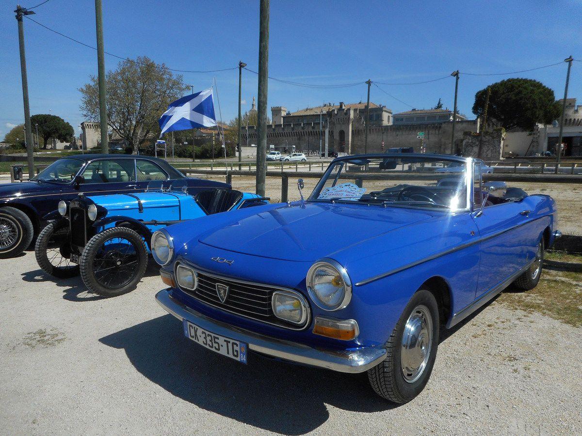 AUTOMOBILES ANCIENNES à AVIGNON. Une belle journée au bord du Rhône avec l'association des 4A.