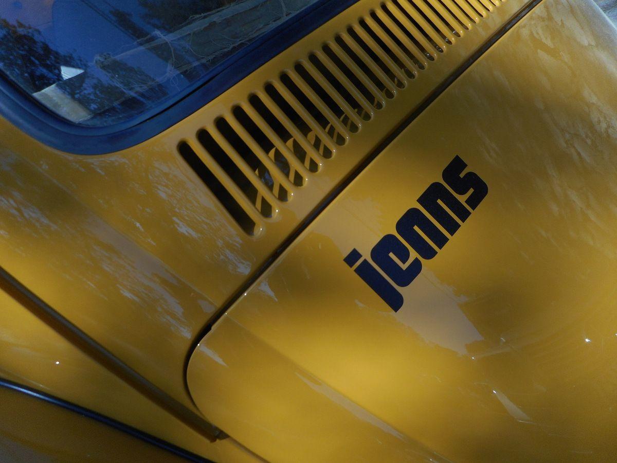 logo se trouve sur le capot moteur