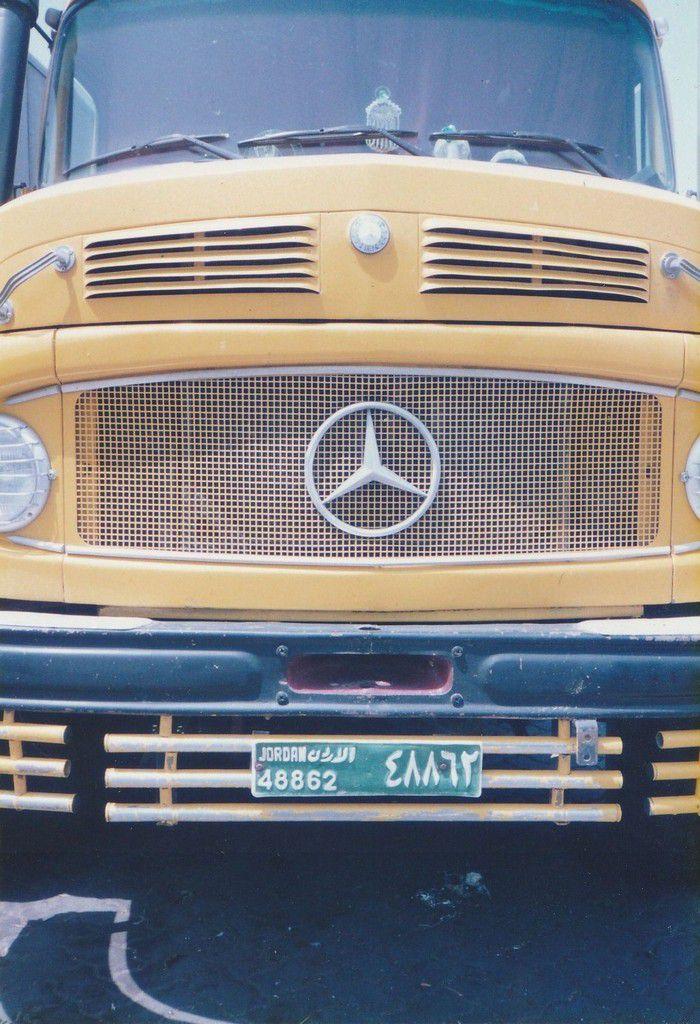 A la fin des années 90 aux EMIRATS ARABES UNIS, les camions de couleur orange à double essieux avec des bennes étaient très nombreux