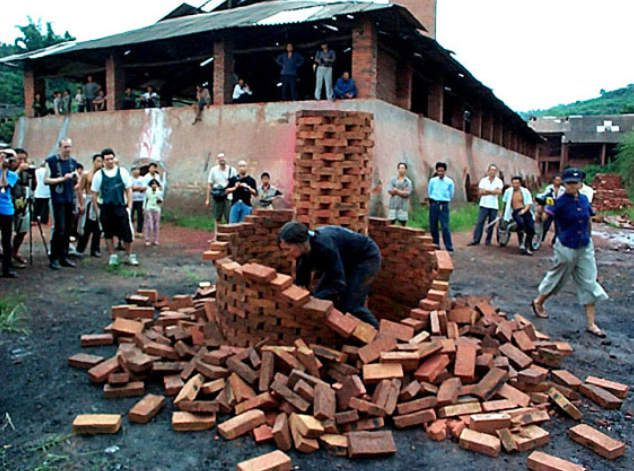 I am standing in front of a great wall circle @ Despina Olbric-Marianou. 2001. 2nd open fest. Sichuan. Chine