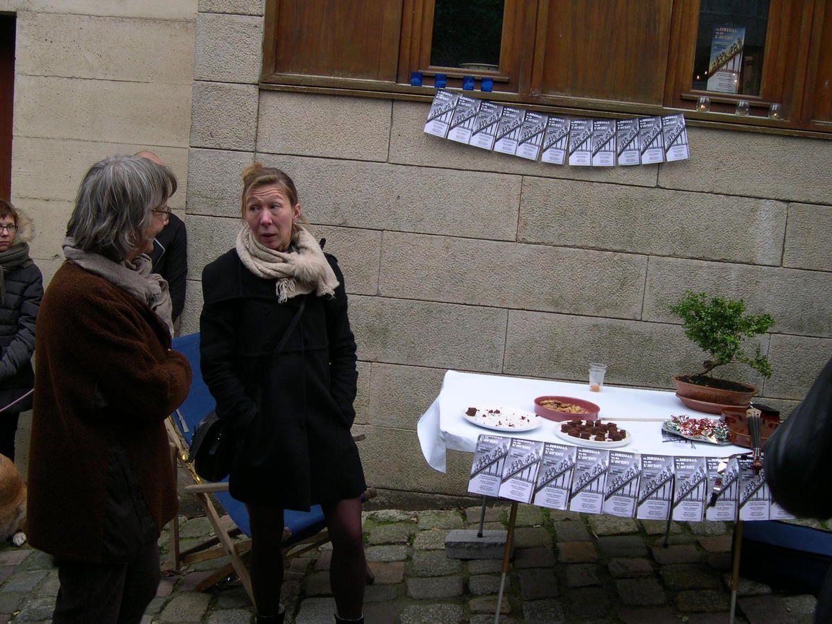 la table garnie de douceurs en commun entre Régis & Catherine et Jean-Patrick et Françoise, les tracts de l'ARJ bien en vue