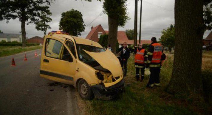Bavinchove : un automobiliste fonce dans un arbre sur la D 933