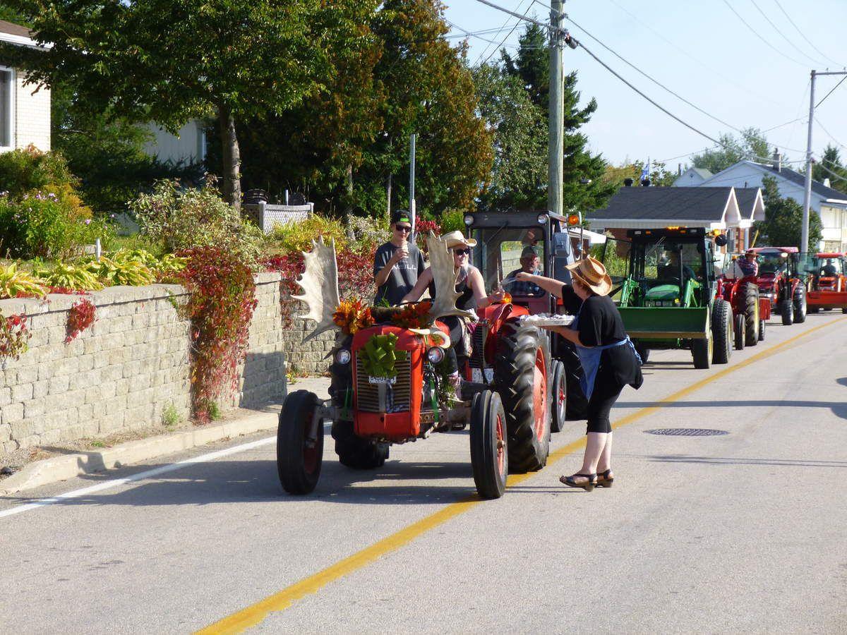 """Un tracteur """"orignal"""" avec bois d'orignal."""