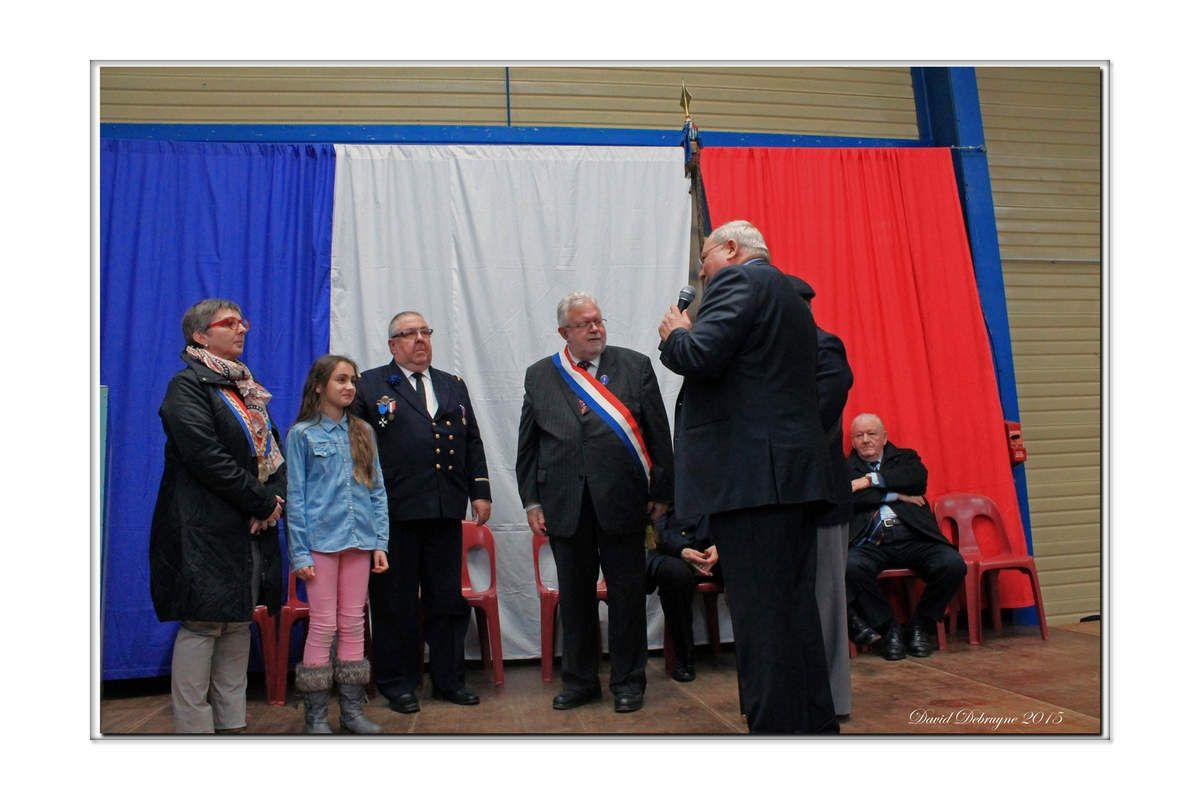 un ancien combattant du pont de Spycker donne son drapeau a la commune de Brouckerque