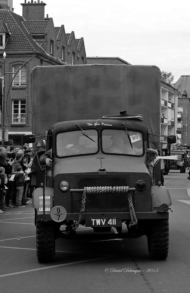 grande parade de véhicules militaire et de fanfares