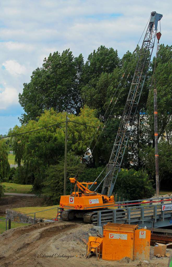 La construction du pont du lapin blanc ( triangle) progresse