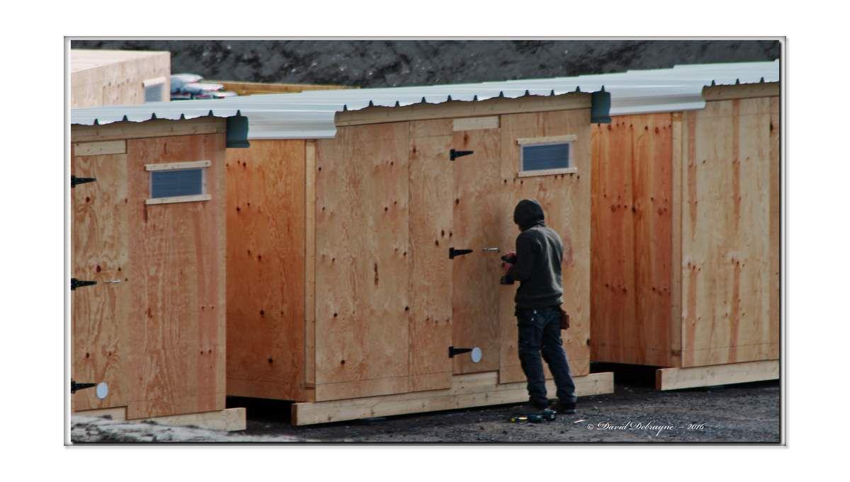 aménagement d'un camp humanitaire pour migrants à la ferme Lefebvre