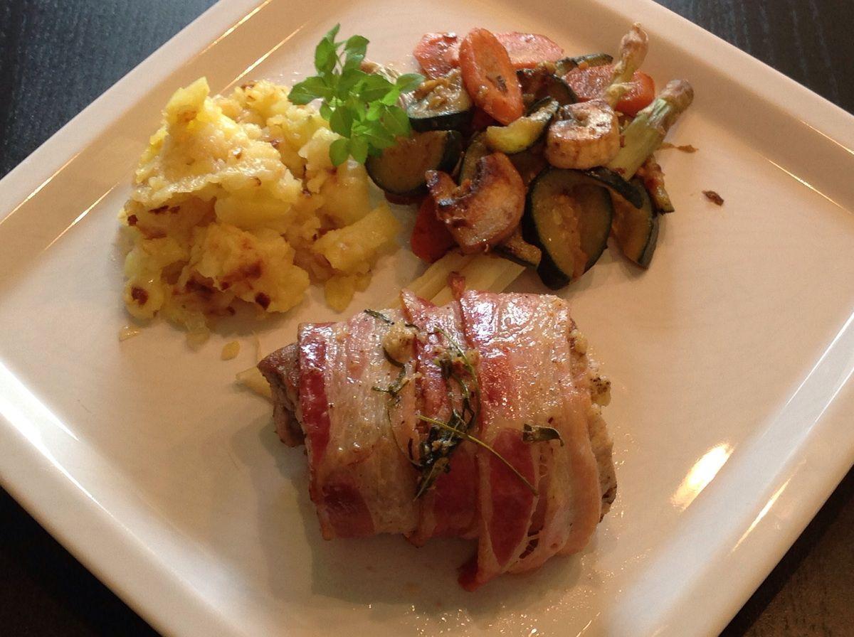 Filet mignon de porc au bacon, écrasé de pommes de terre et légumes sautés