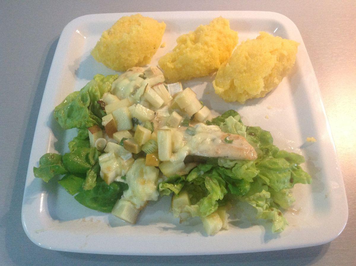 Escalope de Poulet aux pommes et camembert sur lit de salade et quenelles de polenta