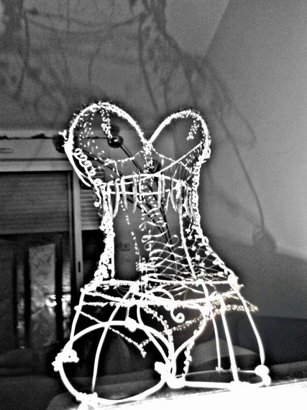 Wire woman bust, pearls