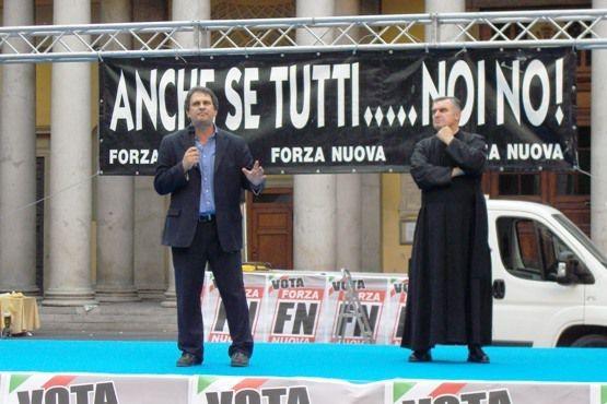 Roberto Fiore (Forza Nuova) et le padre Giulio Tam (FSSPX) en soutane