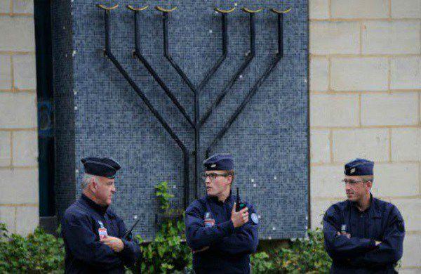 la République maçonnique détruit les églises et tabasse les catholiques mais protège les synagogues et les juifs