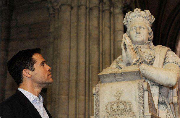 Louis XX (Louis de Bourbon, prétendant au trône de France, petit-cousin du roi Juan Carlos. Son arrière-grand-mère maternelle Carmen Polo y Martínez-Valdés est l'épouse du général Franco (Francisco Franco)