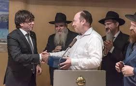 l'indépendantiste Carles Puigdemont avec le milliardaire juif Shimon Aminov, le rabbin Moshe Kotlarsky, Berel Lazar (Grand Rabbin de Russie) et Dovid Liebersohn (rabbin de Barcelone).