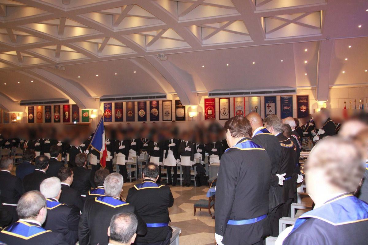 """Les Frères chantent l'Hmne National, """"La Marseillaise""""."""