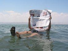 La Mer Morte. On peut s'allonger et lire son journal.