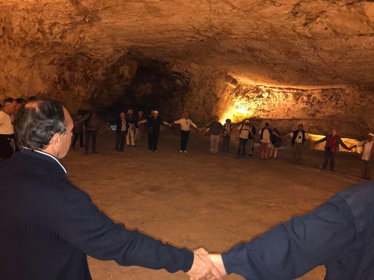 Chaîne d'Union dans la Grotte de Sédécias - (Crédit photos: Tous droits réservés).