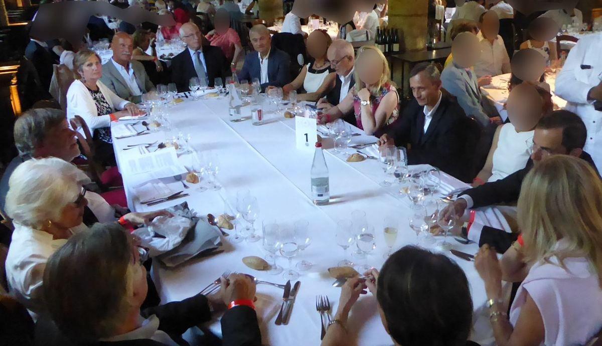 De gauche à droite, à partir du Grand Maître, Madame Jacques Immele, le TRF Philippe Jouve, le TIF Jacques Pra., le TRF Guy Bruandet, Madame Bruandet, le TRF Jean-François Variot, la compagne de ce dernier, le TRF Laurent Toubol, sa compagne, le DAF Henry Sidery, Madame Sidery, Madame Barthélémy, le TRF Serge Barthélémy GMP de la Province de Lutèce, Madame Laurence Pen.. (Photo: Tous droits réservés)