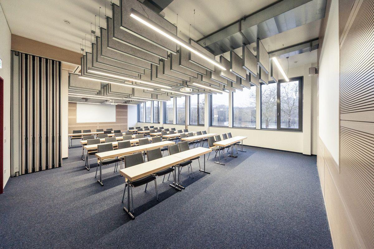 Oben die grünen alten Stühle im großen Saal, unten die neue Bestuhlung in einem der Seminarräume.