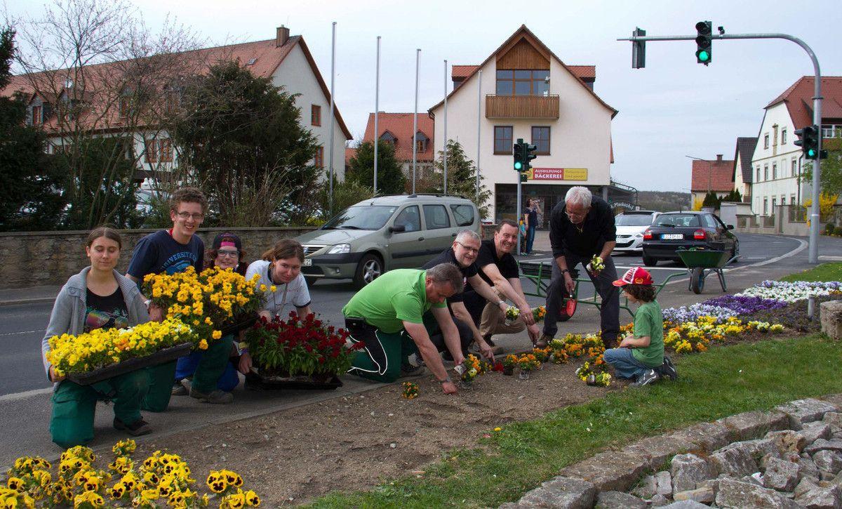 Pflanzaktion bei strahlendem Sonnenschein – Gadheimer Dorfplatz frühlingsmäßig gestaltet