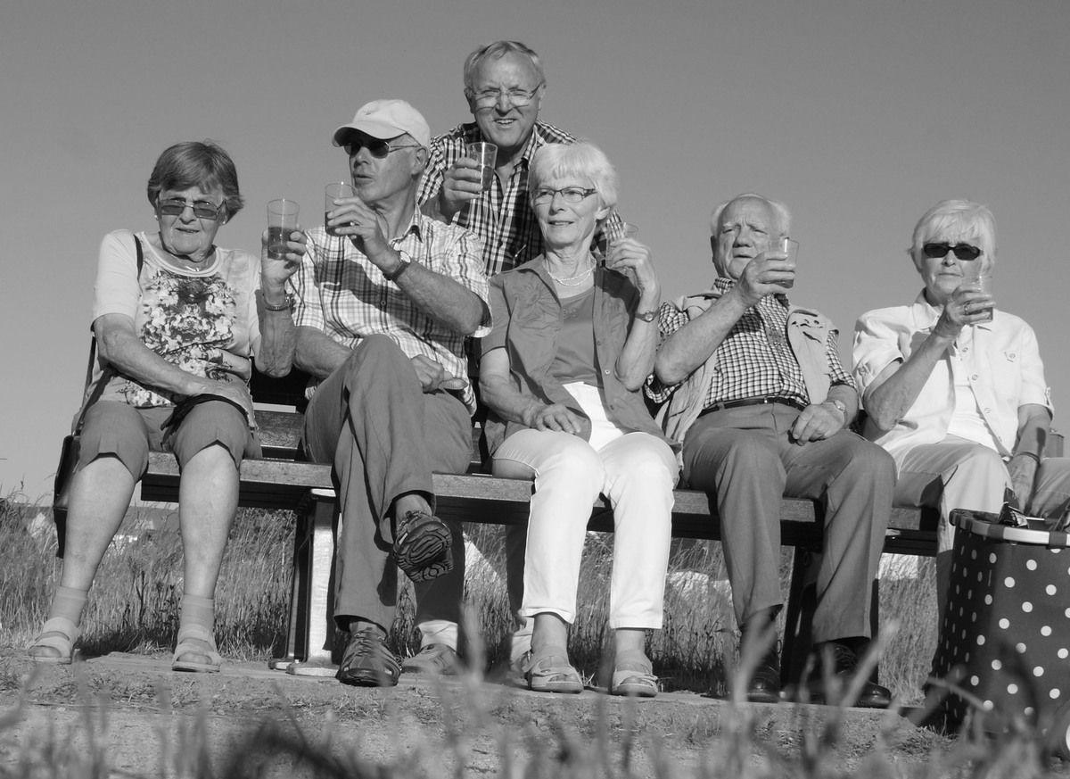 """Einige Mitglieder des Stammtisches trafen sich am Fronleichnamstag zur """"Bankeinweihung"""" und feierten das Werk mit einem Glas Sekt."""
