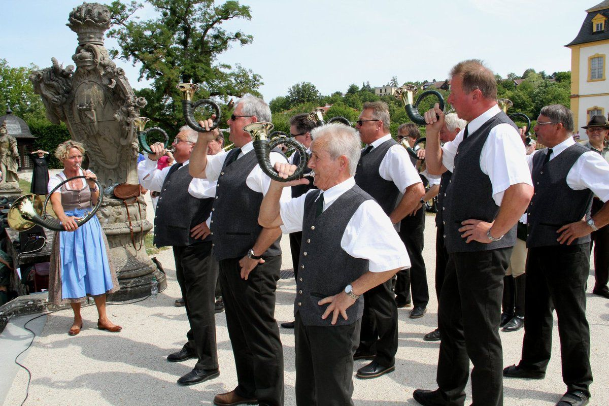 """Dass in dieser einstigen Männerdomäne immer mehr auch die Frauen im Vormarsch sind, beweist Hanne Kern, die bei der Kitzinger Bläsergruppe den Ton angab bei den Stücken """"Wildbretschütz"""", """"Jagdfanfare"""", """"Jägermarsch Nr. 1"""" und der """"Försterhochzeit""""."""