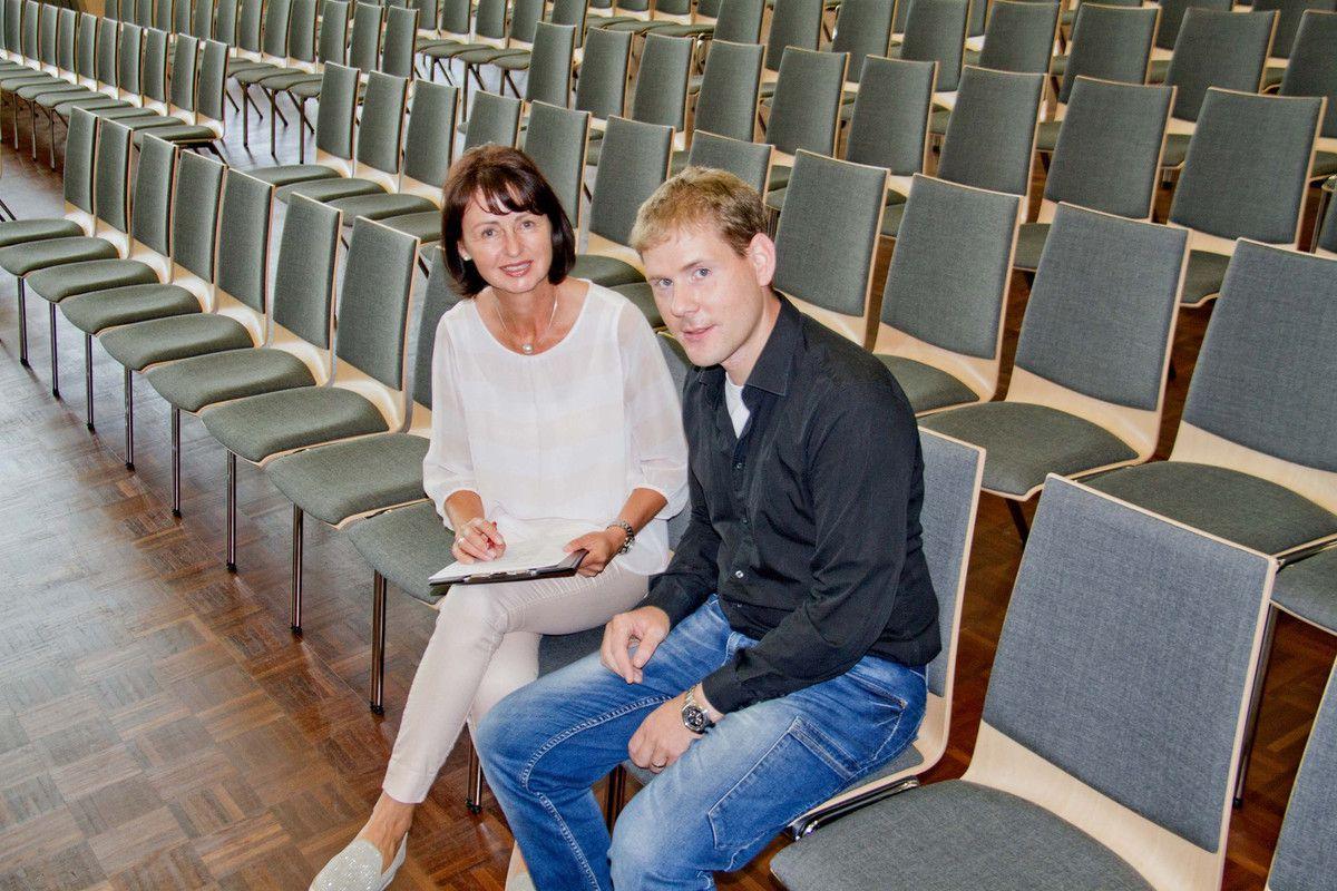Kirsten Stang, die Geschäftsführerin der Mainfrankensäle GmbH freut sich zusammen mit ihrem Service-Techniker Florian Fischer über die neuen Stühle im großen Saal.