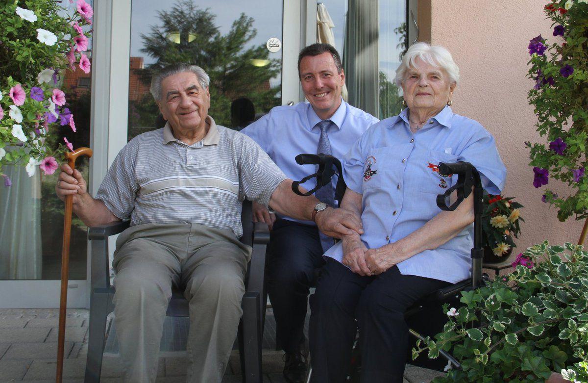 Diamantene Hochzeit feierten am Donnerstag im Caritas-Altenheim Sankt Hedwig die Eheleute Elfriede und Manfred Rose. Zu den Gratulanten  des Jubelpaares, das von 1967 bis vor knapp einem Jahr in Zell am Main wohnte, zählte neben den beiden Töchtern und deren Familien auch Bürgermeister Jürgen Götz.