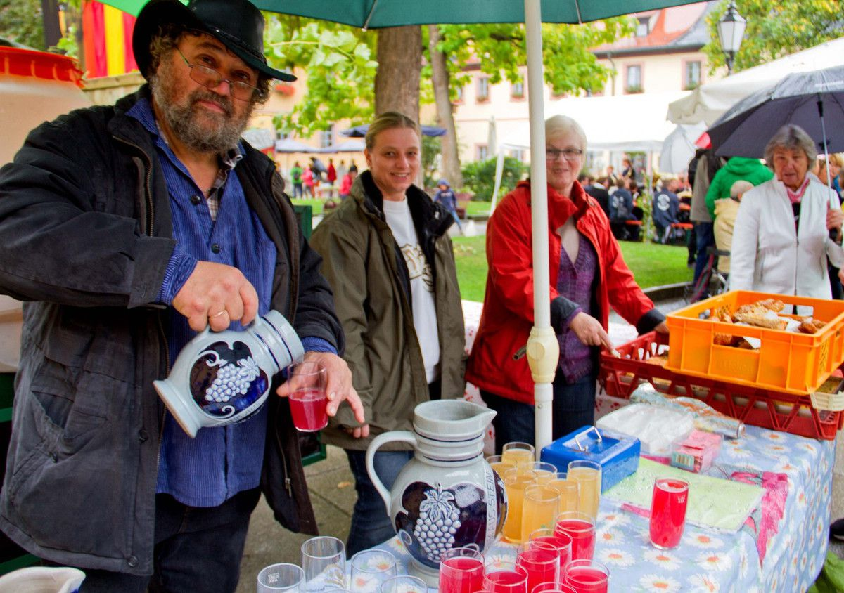 Stand des Winzers Oskar Glückert mit Gemeinderätin Rosi Wittstadt und deren Tochter