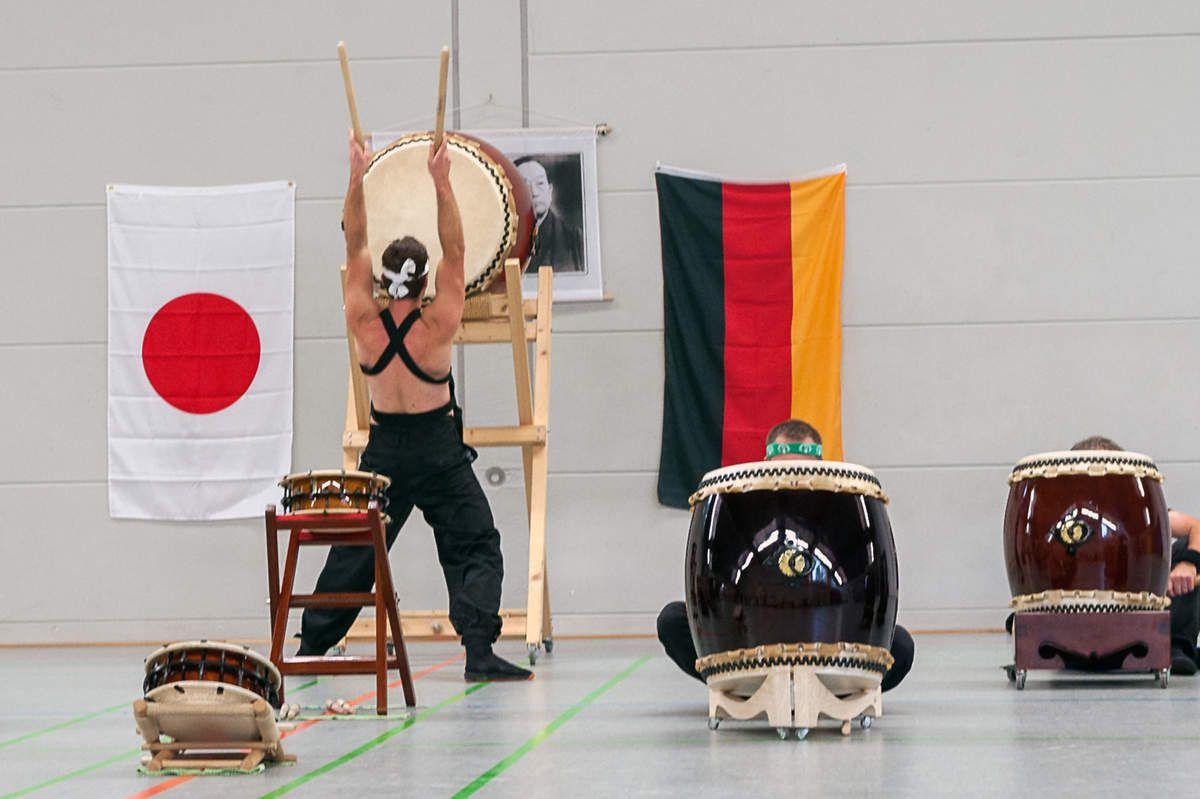 Ein besonderes Highlight am Samstag war der Auftritt der Würzburger Taiko Trommlergruppe TODOROKI WADAIKO in der Mittagspause zwischen den Trainingseinheiten. Die Musiker präsentierten traditionelle japanische Stücke aus ihrem reichhaltigen Repertoire.