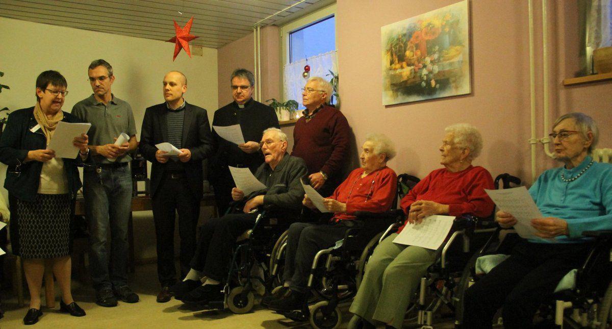 Domkapitular Clemens Bieber (4.v.l.) , der Aufsichtsratsvorsitzende und Georg Sperrle  (3.v.l.), der Geschäftsführer  der Caritas-Einrichtungen gGmbH statteten dem Altenheim  St. Hedwig in Veitshöchheim am 16. Dezember einen Besuch ab, sehr zur Freude der Leiterin Barbara Bender (links).