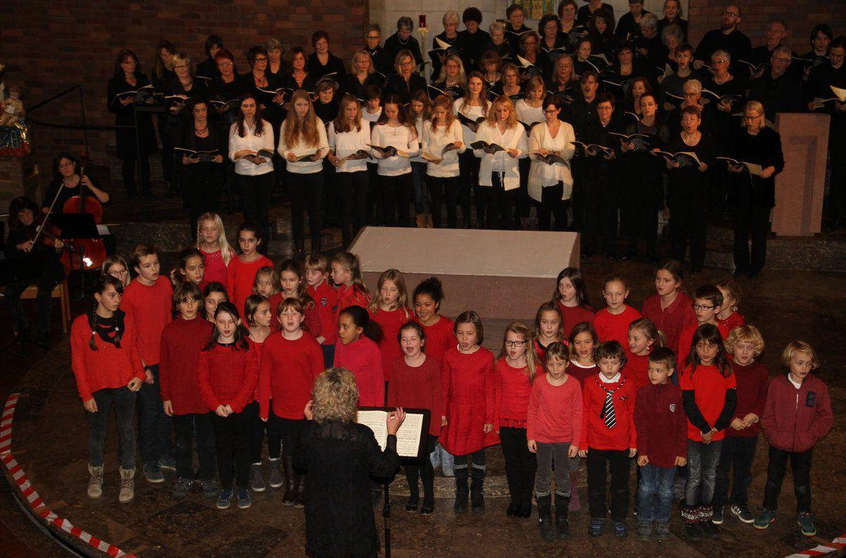 Es war ein  phantastischer Chorklang aus 105 Kehlen, den Musikschulleiterin Dorothea Völker im auch optisch ansprechenden Zusammenspiel von 35 rot gekleideten Kindern, den elf Jugend-Sängerinnen in weißen Blusen und dem 59köpfigen schwarzgekleideten Projekt-Chor zum Ausdruck brachte.