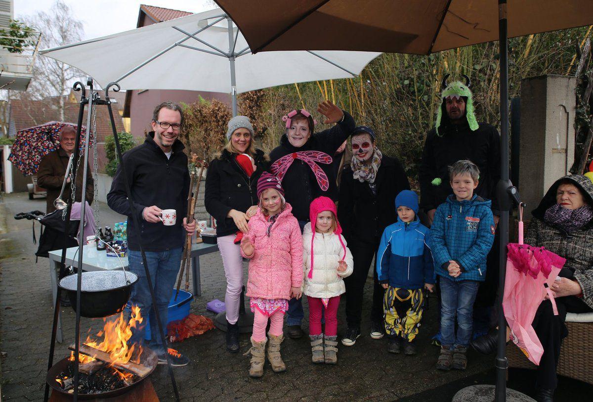 Vom schlechten Wetter nicht verdrießen ließen sich die Familien Keller/Heimüller in der Günterslebener Straße - sie feierten an ihrem Stand am Straßenrand mit