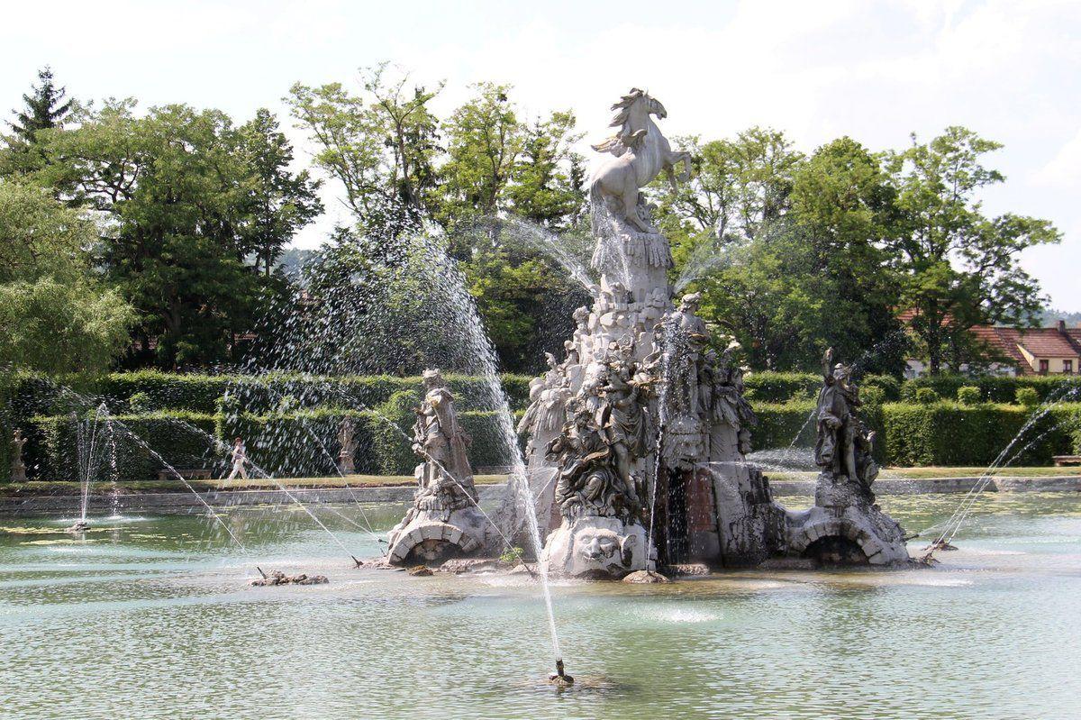 Hauptgruppe ist im Großen See der von Ferdinand Tietz 1766 geschaffene Musenberg Parnass mit Pegasus und Figurenschmuck zur antiken Sintflutsage Ovids. Sie steht mit der Sonnensymbolik des absolutistischen Fürstentums in Zusammenhang.