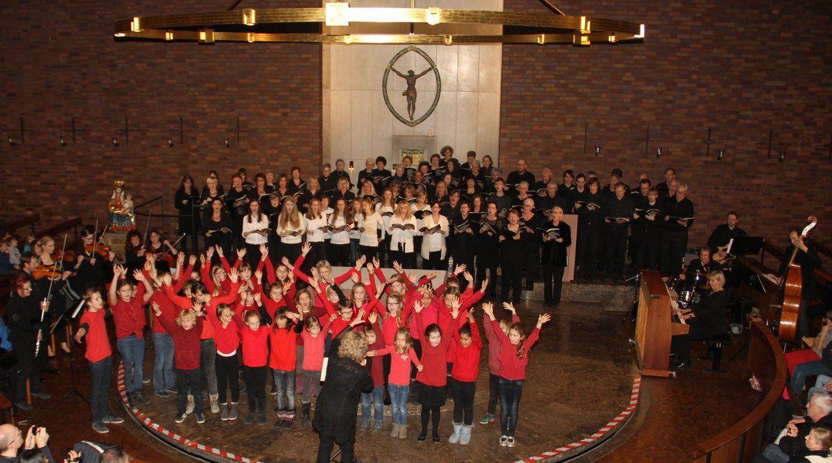 """Letzter Höhepunkt 2015 war die """"Weihnachtskantate für junge Leute"""" des 105-köpfigen """"Mehrgenerationenchors"""" von 7 bis über 70! (Kinder- Jugend- und Projektchor) im Rahmen der Feierlichkeiten 50 Jahre Kuratiekirche."""