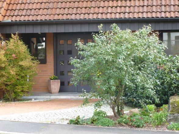 Dieser Vorgarten wirkt einladend – eine attraktiv gestaltete Fläche zwischen Straße und Haus! Foto: Johannes Pitzer/LWG.