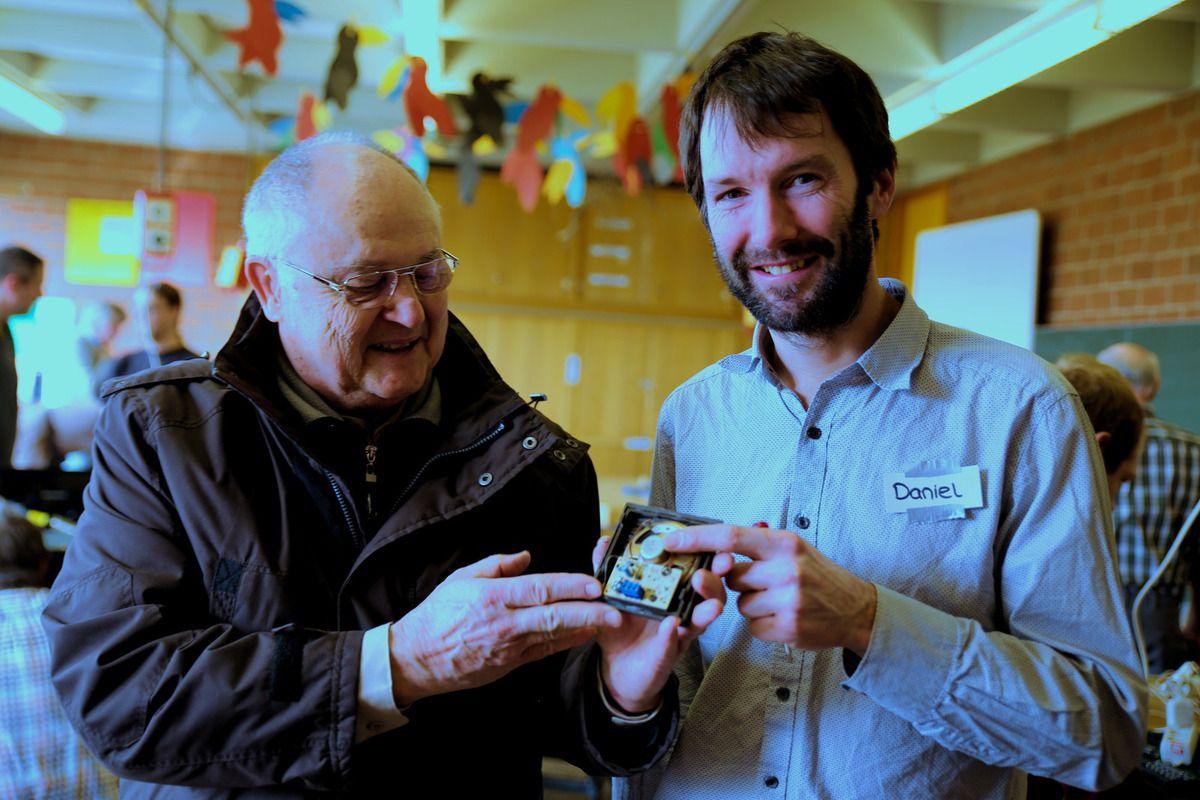 Der Lautsprecher für die Hausanlage funktionierte bei Professor Dr. Klaus-Peter Sorge nicht mehr. Daniel Schiel wusste Rat: Die Platine ist ok.Das Lautsprecherteil muss ersetzt werden.