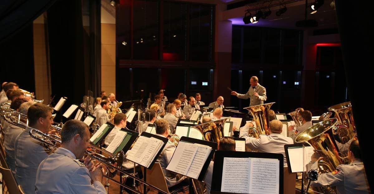 Mischung aus sinfonischer Militärmusik, Klassik und Pop begeisterte beim BRK-Frühjahrs-Benefizkonzert des Heeresmusikkorps Veitshöchheim in den Mainfrankensälen 650 Zuhörer - 4.000 Euro Reinerlös